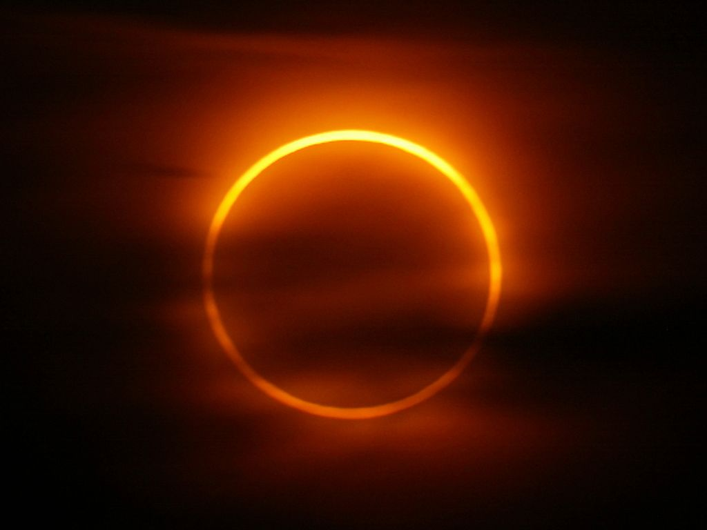 The peak of the annular eclipse at 4:04 a.m., May 31, 2003, Iceland. Exposure 2 seconds at f/8.  Click for next photo.